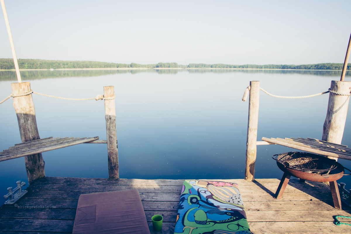Floß und spiegelglatter See