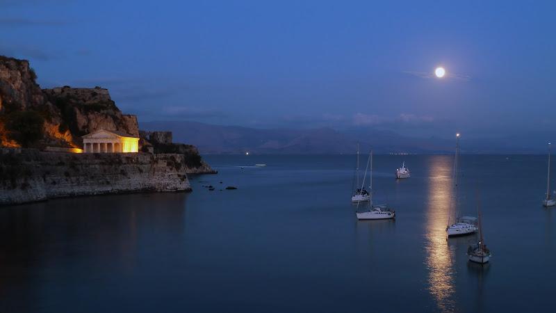 Vollmond über der Bucht von Garitsa in Korfu Stadt (Griechenland)