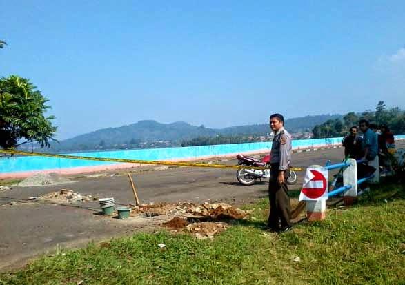 Pemasangan Police Line oleh Pihak POLSEK Darma