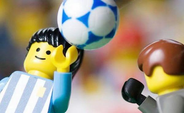 La mano de Dios en Lego