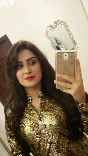 Ayeza Khan with Samsung S6