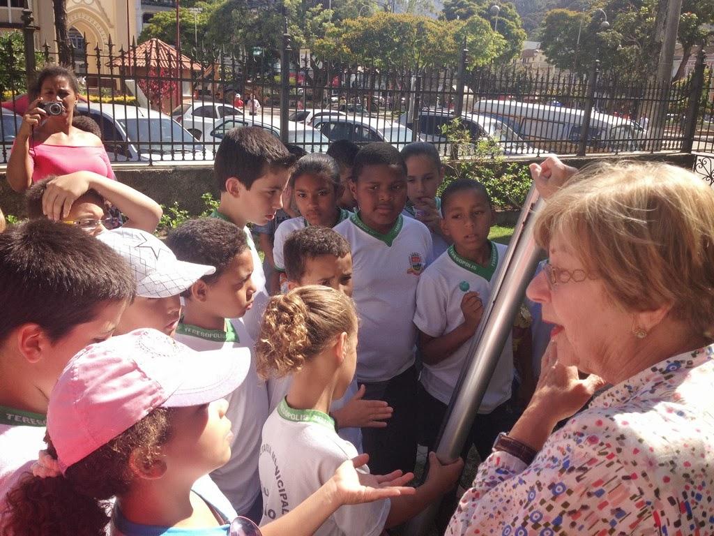 Alunos da Escola Alice Saldanha recebem a orientação de Regina Rebello, chefe do Patrimônio Histórico
