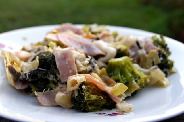 Brokuły zapiekane z szynką i porem