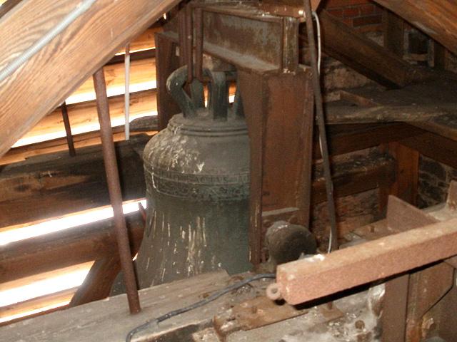Końskie, wieża kościoła p.w. św. Mikołaja. Dzwon CHRISTUS REX... z 1549 roku! (uważany dotychczas za zrabowany przez Niemców). Fot. Paweł Kałwiński.