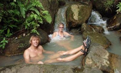 foto de los turistas alemanes y el hombre comido por canibales