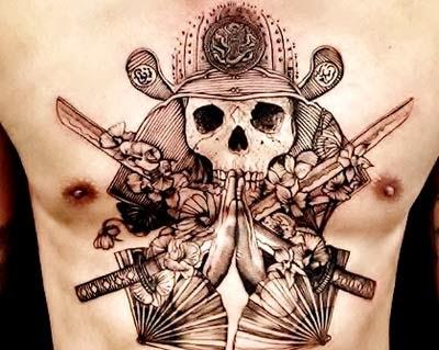 tatuagem de samurai com capacete e rosas no peito e barriga