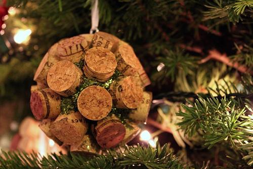 DIY Bolas de Navidad con corchos de vino