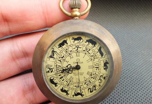 Relógio de bolso Ômega com desenhos dos signos do horóscopo chinês