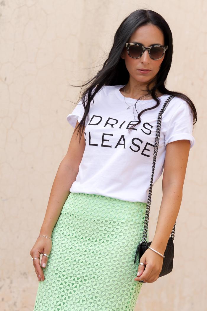 Look urban chic con falda tubo de guipur de Zara