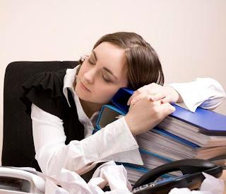 قلة النوم تضعف الجهاز المناعي - بنت فتاة امرأة نائمة على المكتب