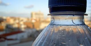 Τα πλάστικα μπουκαλακια νερου ΑΠΑΓΟΡΕΥΕΤΑΙ να τα χρησιμοποιήτε ξανά:Δείτε γιατι.
