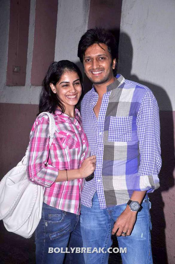 Genelia Dsouza, & Riteish Deshmukh posing for the cameras - Riteish & Genelia came to Watch