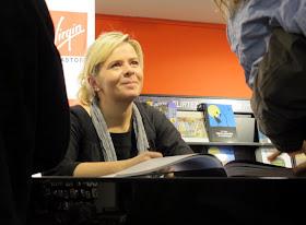 Christelle Brua, du Pré Catelan : dédicace de Petits Gâteaux au Megastore des Champs Elysées