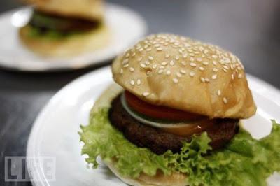Hati-hati Ada Ular Dalam Burger [ www.BlogApaAja.com ]