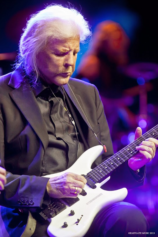 Edgar Froese ave Tangerine Dream live @ Admiralpalast Berlin 2012 / source : Veryshow