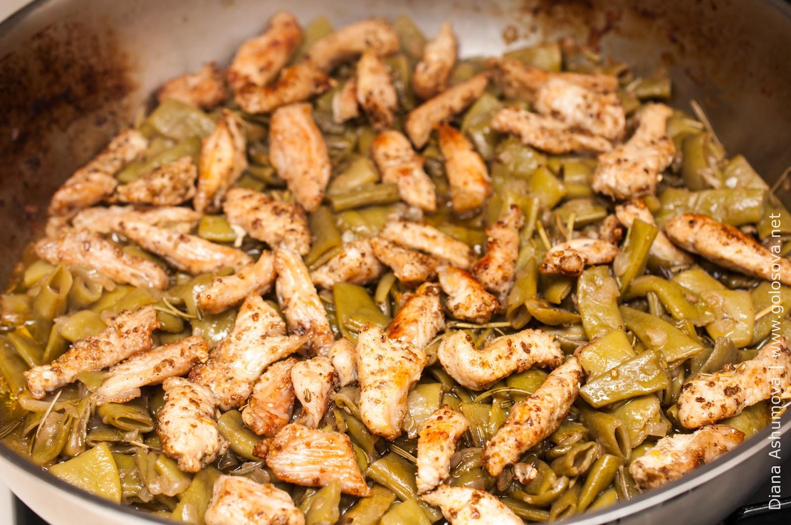 Разнообразить свое ежедневное меню можно стручковой фасолью, приготовленной на сковороде с сыром и сметаной.