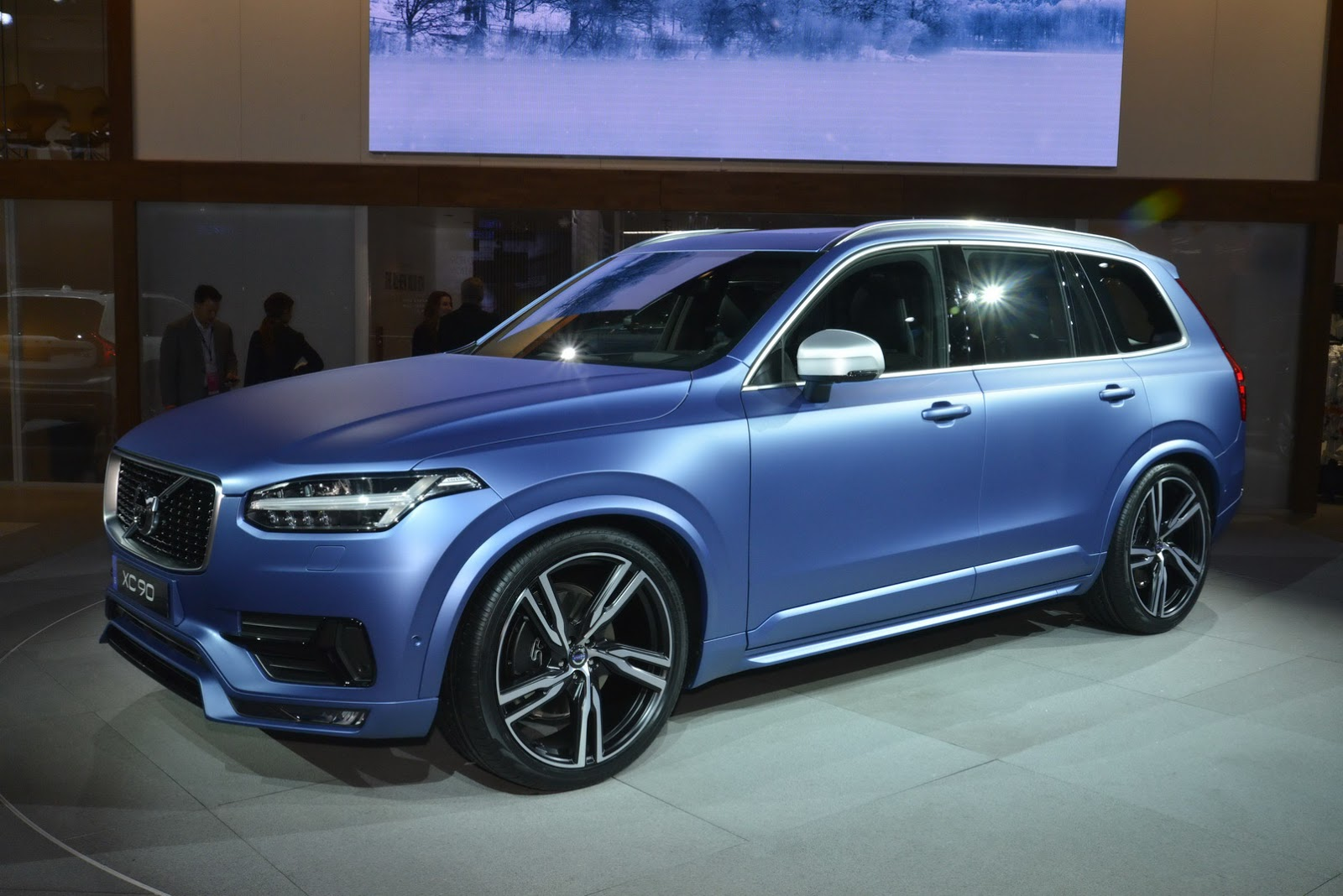 volvo 39 s 2016 xc90 r design makes north american debut in a cool matte blue shade carscoops. Black Bedroom Furniture Sets. Home Design Ideas