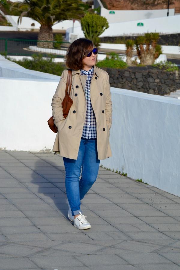 look_como_combinar_trench_trenca_sneakers_blancas_lolalolailo_05
