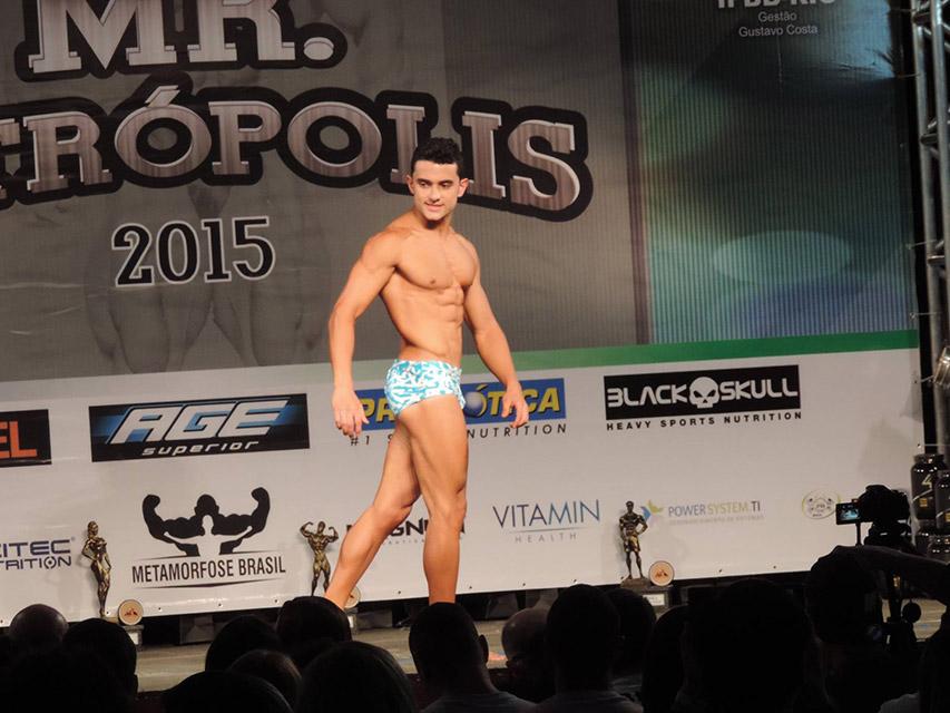 Ramom Cabral se apresenta no palco do Mr. Petrópolis 2015. Foto: Arquivo pessoal