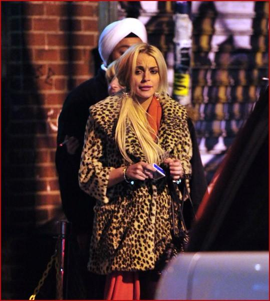 LINDSAY LOHAN HOT PICS PHOTOS OUTING NEW YORK 30 MARCH FALLEN DOWN