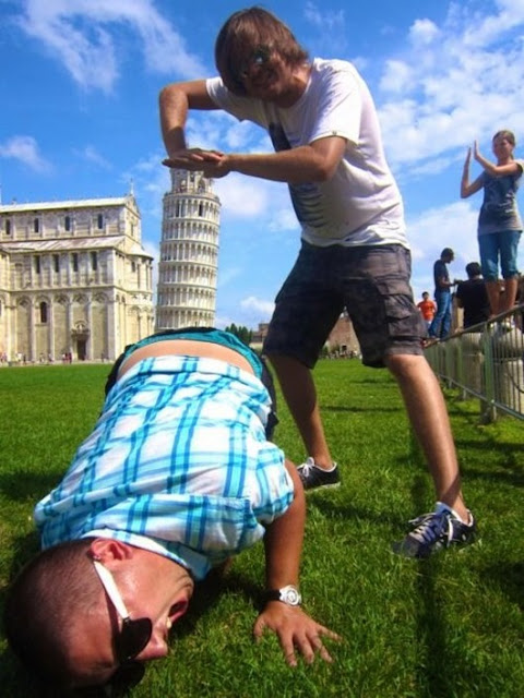 como reconhecer um turista, imagens, humor, estatatua, italia, pênis, vagina, torre de pizza, eu adoro morar na internet