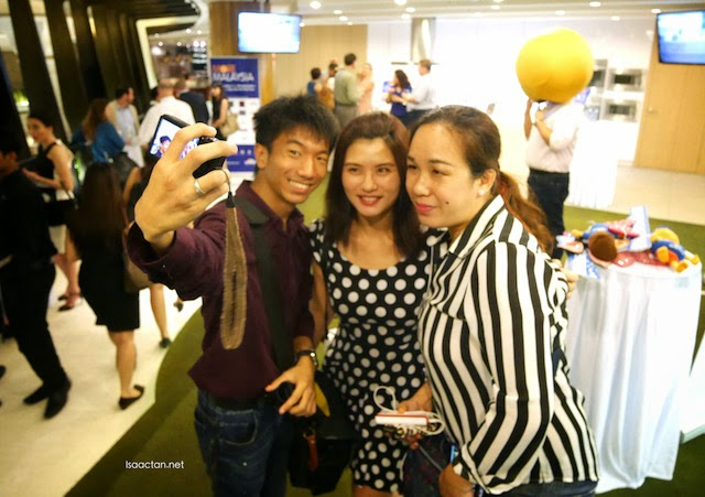 Bloggers doing that 'wefie' thing at The Entertainer Malaysia's launch event