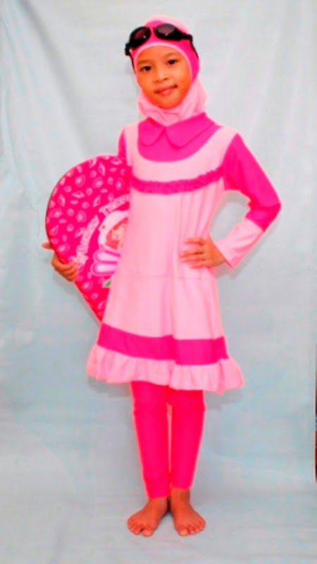 Anak perempuan cantik pakai baju renang warna pink keren banget