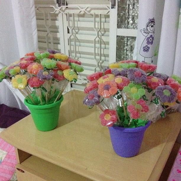 decoracao de bolas tema jardim encantado:Jardim Encatado eu mesma fiz as flores de jujuba e um arbusto lindo de