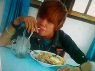 Justin Bieber makan di warteg