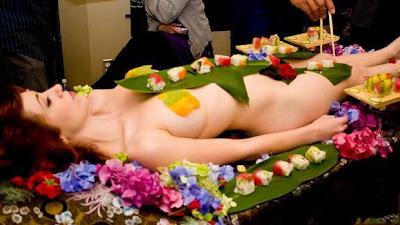 http://www.fenomania.com/2012/05/mau-makan-di-hiasi-wanita-telanjang.html