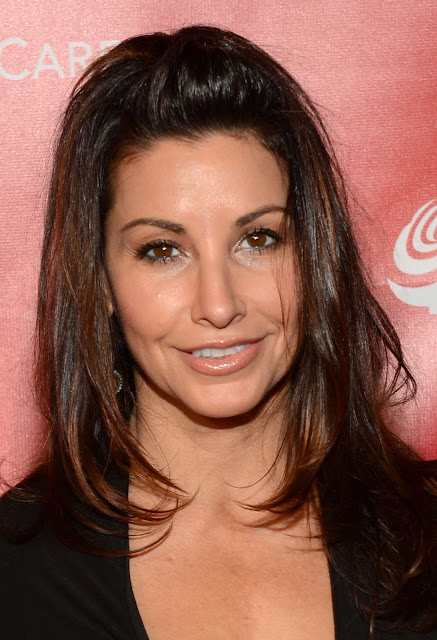 Gina Gershon Height, Weight And Body Measurements