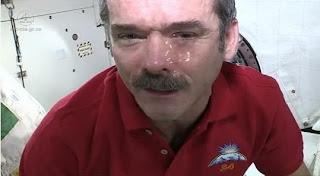 Astronot Chris Hadfield membuat video clip diluar angkasa - exnim.com