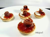 Mini tartaletas de queso, mermelada de tomate a la vainilla y rulo de anchoas