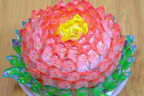 Cách làm hoa sen bằng kẹo Oishi đón Tết 5