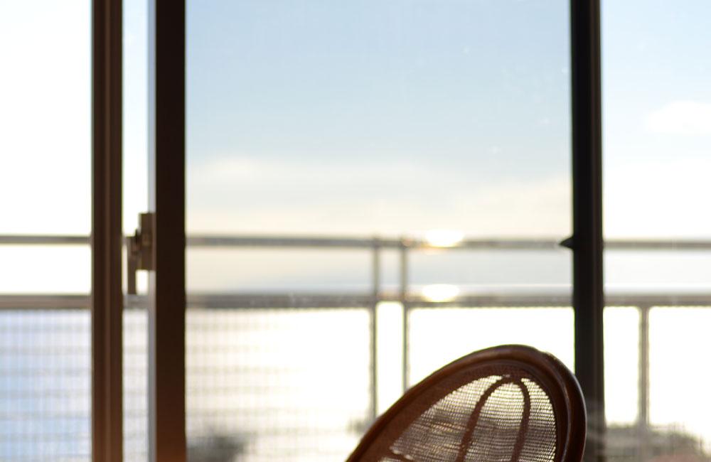 朝日を部屋の中から撮った写真
