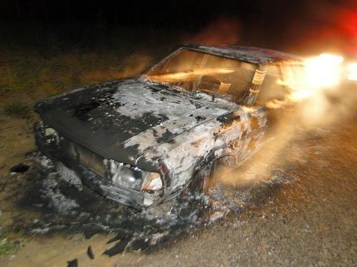 Carro pegou fogo na noite de hoje (Foto: Blog Marcos Frahm)