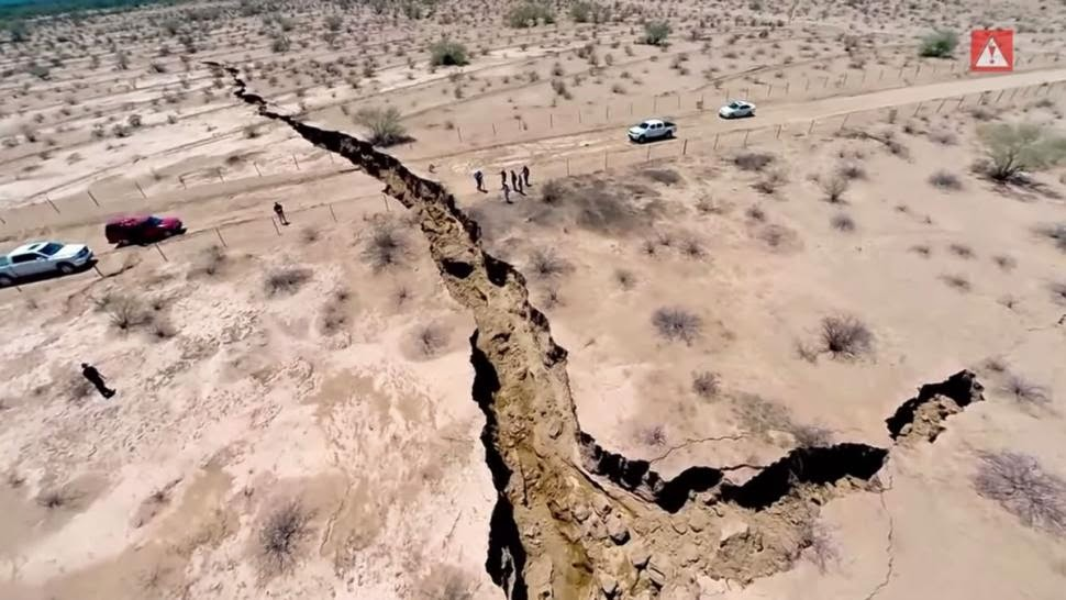 Massive crack in the Earth opens in Mexico