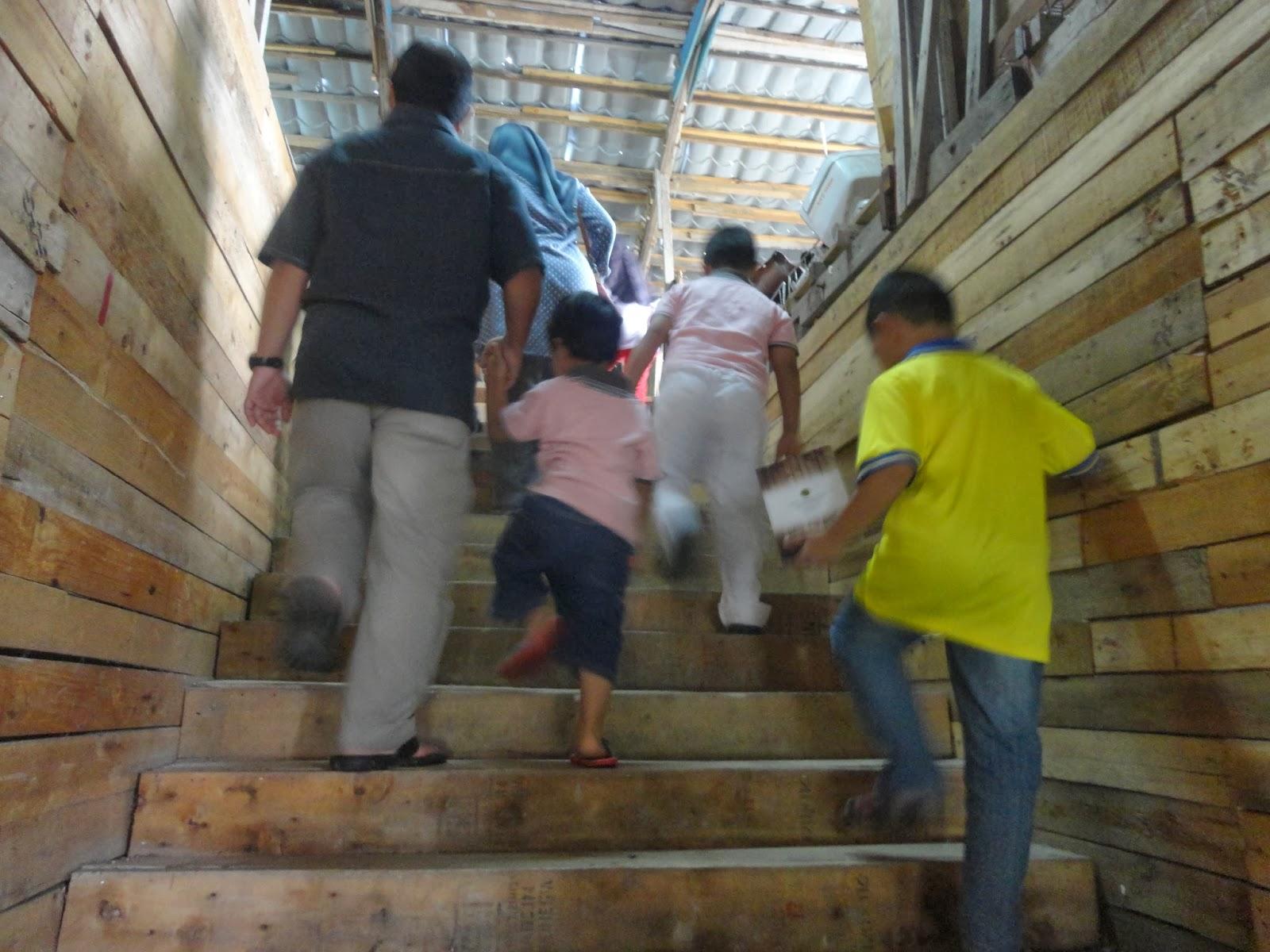 tangga naik ke tingkat 3 menempatkan dorm lelaki