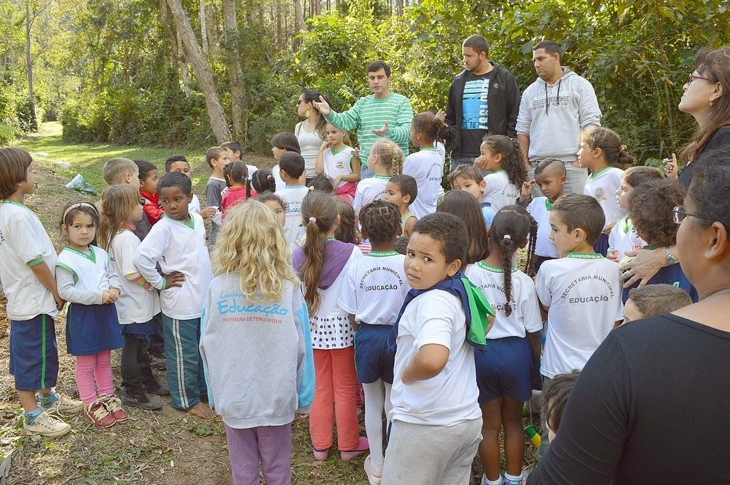 Subsecretário de Meio Ambiente, o biólogo Leandro Coutinho, conversa com os estudantes sobre o que é o meio ambiente e a importância de preservá-lo