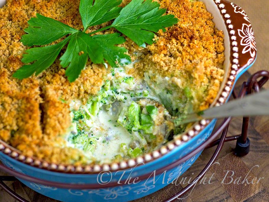 Broccoli Swiss Casserole #SideDishRecipes #BroccoliCasseroles #BroccoliCheeseCasseroles #temptationsbakeware