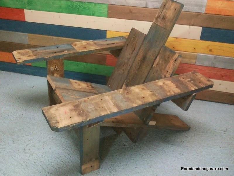 Silla de patio hecha de madera de palet. Enredandonogaraxe.com