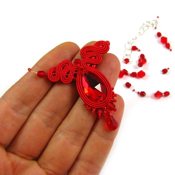 Czerwony wisiorek ślubny sutasz