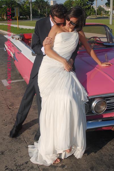 Pedro y Noelia, con sus trajes de boda en la Plaza de la Revolución, en La Habana, Cuba