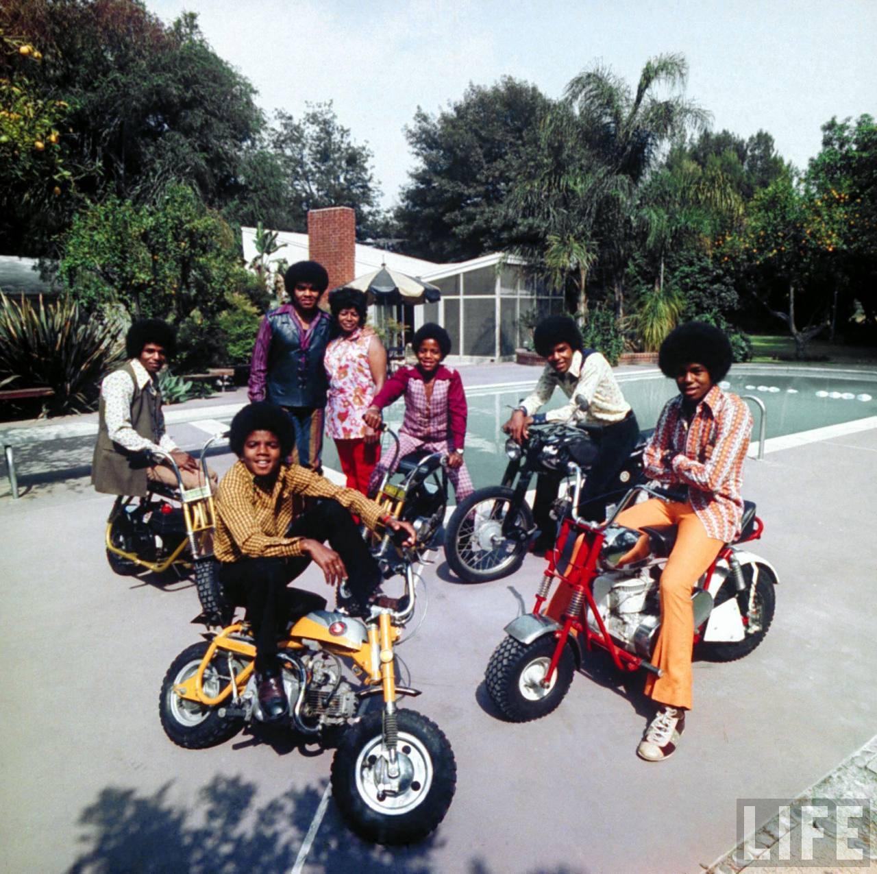 http://3.bp.blogspot.com/-Ayft8F1EJM8/TixQG96RdXI/AAAAAAAADQI/7_aAHKWc2j4/s1600/michael-jackson-family-life.jpg