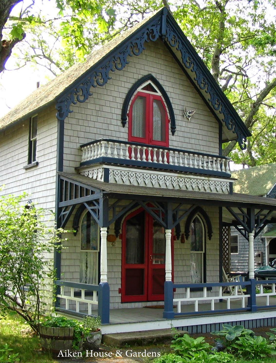 Aiken house gardens the charming cottages of oak bluffs for Aiken house
