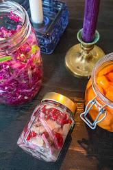 Puolukkasilli, mausteinen punakaali ja pikkelöidyt porkkanat
