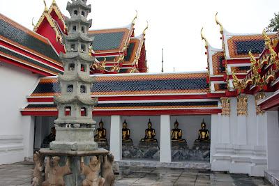 Statuen von Buddha im Wat Pho Bangkok