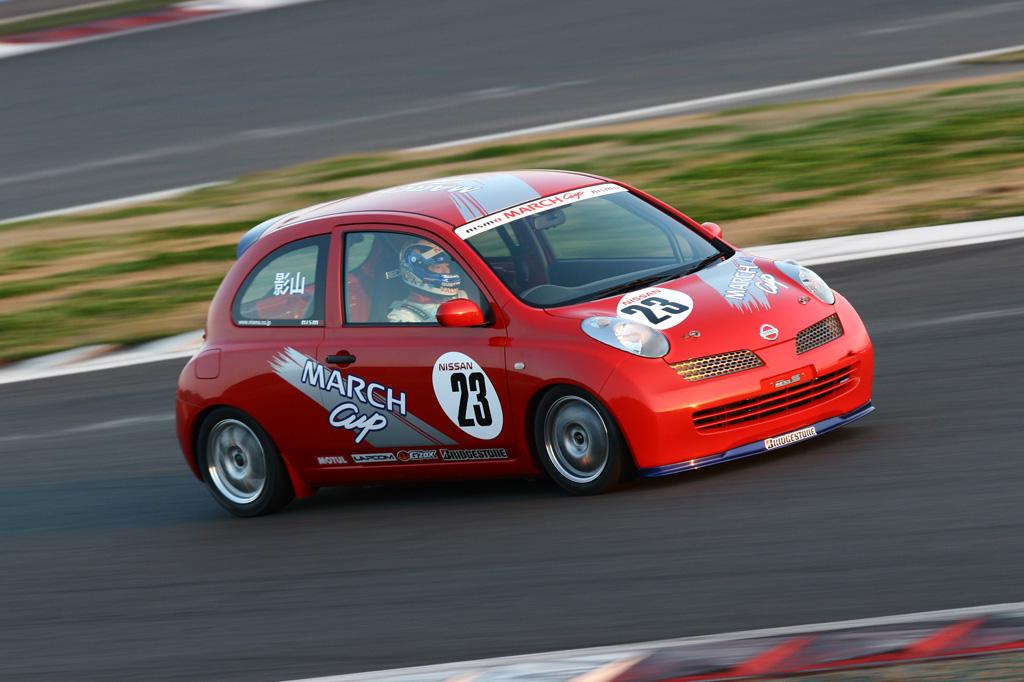 Nissan March Micra, japoński samochód, miejski, hatchback, zdjęcia, wyścigi, czerwony