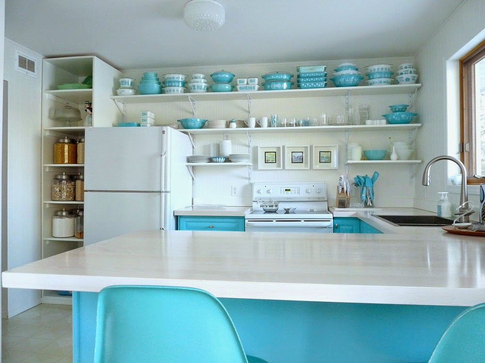 Honest thoughts on open shelving in the kitchen dans le for Kitchen cabinet shelves