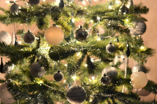 christmas-tree-silver-white-black-decorations